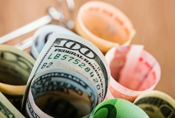 Курс доллара второй раз с начала торгов преодолел отметку в 78 рублей