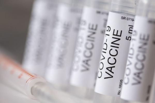 Главный инфекционист США не увидел проблем в приостановке испытаний вакцин
