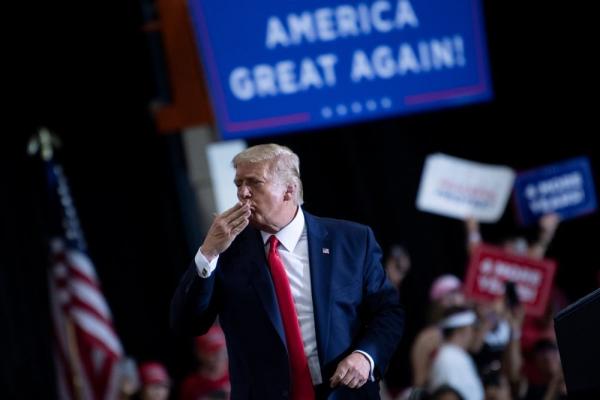 Трамп похвастался иммунитетом к COVID-19 и пообещал расцеловать избирателей