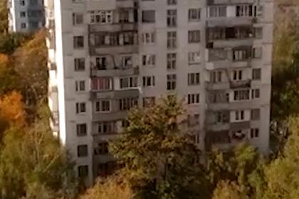 Москвич влифчике выбросил вокно кошку ивелосипед, ранил женщину иубил себя