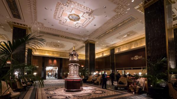 Тысячи предметов интерьера легендарного нью-йоркского отеля Waldorf Astoria выставлены наблаготворительный аукцион